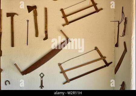 Werkzeuge an der Wand der Hütte.Hammer, Säge, Metall und Holz - Stockfoto