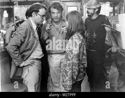 Ab 1971 Universal Pictures Film mit Buck Henry links und Lynn Carlin - Stockfoto