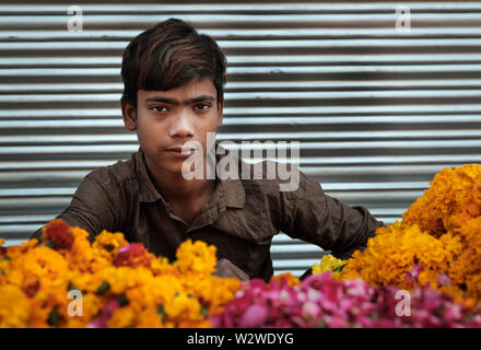 NEW DELHI, INDIEN - ca. November 2018: Junge verkauf Ringelblume Blumen in den Chandni Chowk in Old Delhi. - Stockfoto