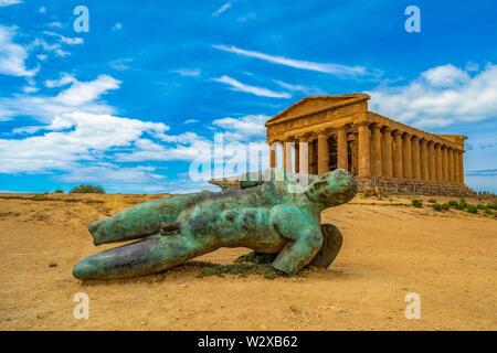 Tempel der Concordia und die Statue der Gefallenen Icarus, in das Tal der Tempel, Agrigento, Sizilien, Italien - Stockfoto