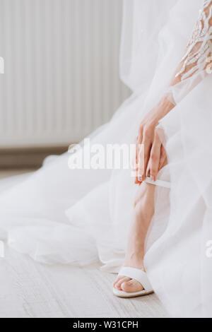 Schöne weibliche Füße Nahaufnahme. Braut Kleider Schuhe vor der Trauung. Hochzeit Braut Schuhe. - Stockfoto