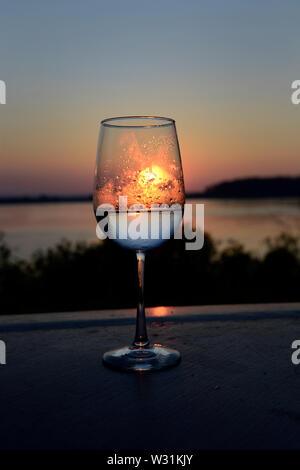Glas Wein bei Sonnenuntergang. Barnes Island, Maine. Von Köln Hals. Penobscot Bay. Atlantik. - Stockfoto