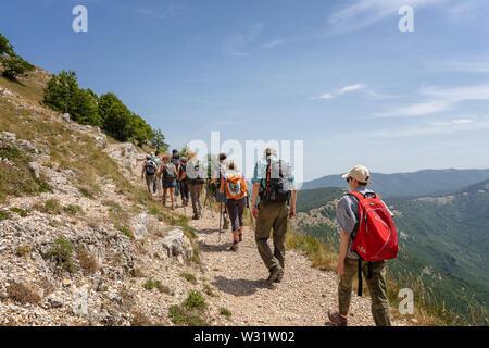 Subiaco RM, Italien - 07 Juli 2019: Gruppe der Wanderer auf dem Berg weg, und gehen Sie in den Hang des Berges Autore. - Stockfoto