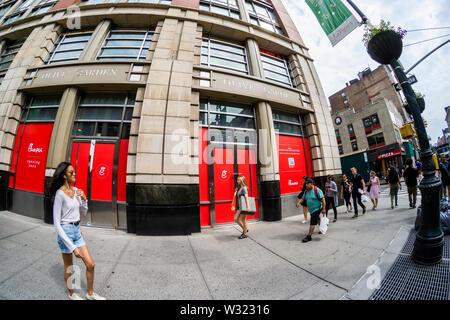 Zeichen verkünden, dass eine Zukunft - Fil - ein Fast Food Restaurant ist unmittelbar bevorstehende Ankunft im New Yorker Stadtteil Chelsea und ist die Einstellung der Arbeitnehmer, am Montag gesehen, 8. Juli 2019. ACSI, einem Kunden die Auswertung der Daten Unternehmen, veröffentlicht die Ergebnisse Ihrer Auswertungen und kündigte an, dass die Kunden - Fil - eine der besten Fast-Food-Restaurant in den USA für Kundenzufriedenheit Rang. (© Richard B. Levine) - Stockfoto
