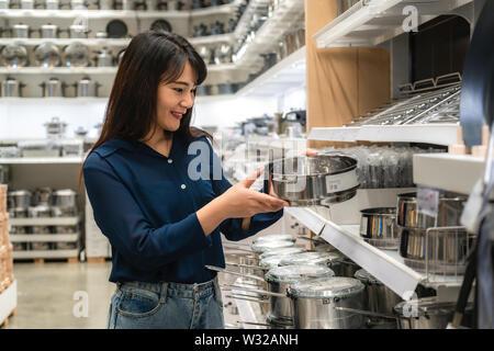 Asiatische Frauen werden neue Küchenutensilien in der Mall zu kaufen. Einkaufsmöglichkeiten für Lebensmittel und Haushaltswaren sind in Märkte, Supermärkte oder großen Shopping erforderlich - Stockfoto
