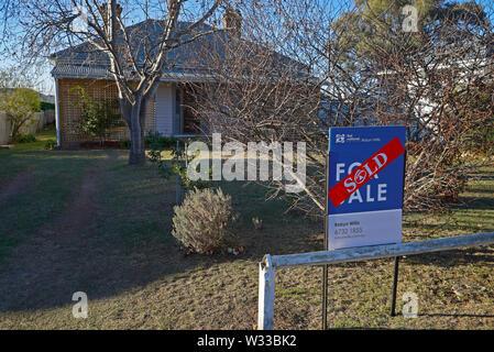 Verkauft Aufkleber über eine verkauft Zeichen außerhalb eines Hauses im nördlichen New South Wales Stadt Glen Innes, Australien - Stockfoto