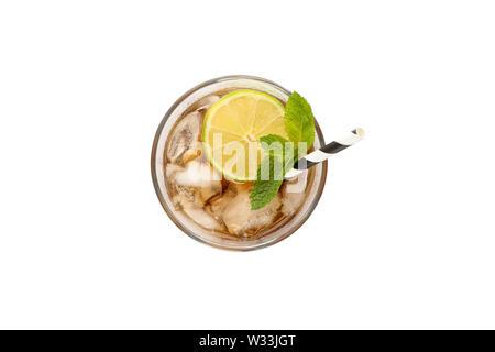 Glas kalten Cola mit Kalk auf weißem Hintergrund - Stockfoto