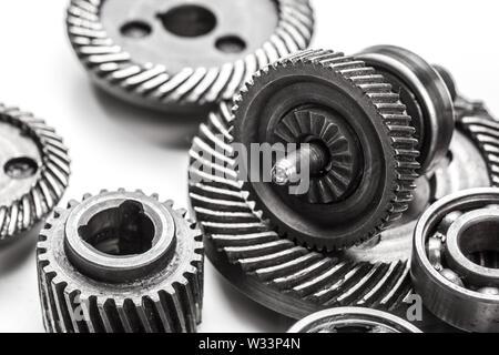 Gang Metall Räder, die auf weißem Hintergrund - Stockfoto