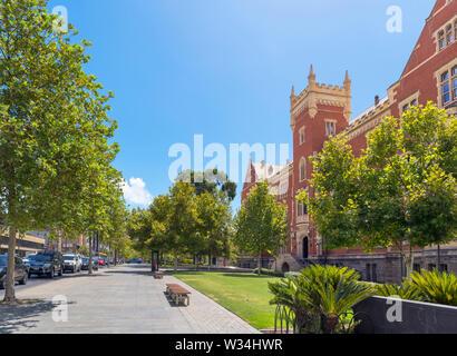 North Terrace mit dem brookman Hall Gebäude der Universität von South Australia (UniSA) auf der rechten Seite, City East Campus, Adelaide, South Australia - Stockfoto