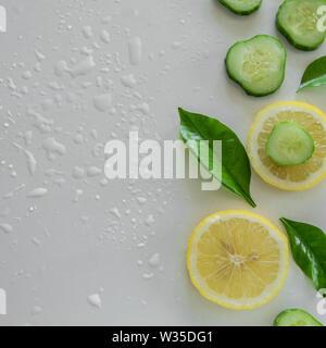 Frische frutti Hintergrund. Raw Zitrone und Gurkenscheiben auf weißem Hintergrund - Stockfoto