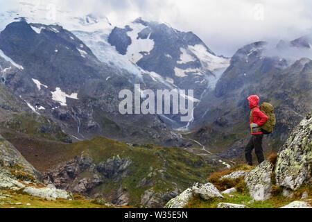 Wandern - Wanderer Frau auf Trek mit Rucksack, gesunden, aktiven Lebensstil. Wanderer Mädchen zu Fuß auf Wanderung in die Berge Natur Landschaft in Fuschertörl, Urner Alpen, Bern, Schweizer Alpen, Schweiz.
