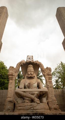 Ugra Narsimha Narsimha oder Lakshmi Tempel in Hampi. Der Mann - lion Avatar von Vishnu - in einem Yoga Position eingerastet