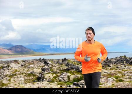 Sport laufender Mann in Cross Country trail laufen. Männliche Läufer trainieren und Training im Freien in der schönen Berg Natur Landschaft auf Snaefellsnes, Island.