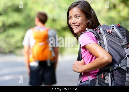 Wandern Menschen. Junge paar Wanderer wandern. Lächelnde Frau glücklich im Vordergrund mit Mann im Hintergrund, während Sie im Sommer eine Reise in den Yosemite National Park, Kalifornien, USA. - Stockfoto