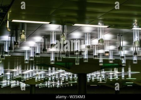Ungewohnte Perspektive zu einer Reihe von Lampen an der Decke von Berlin Hauptbahnhof Hauptbahnhof - Stockfoto