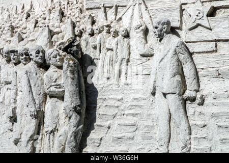 Relief auf Gebäude aus der Zeit der kommunistischen Osten Deutschland Berlin Symbole einer star Sichel und Hammer, eine Rede von Ernst Thalmann Sozialistischen Realismus - Stockfoto
