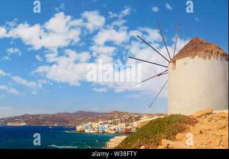 Weiß berühmten Windmühle mit Blick auf Klein Venedig und die Altstadt von Mykonos, Kykladen, Griechenland. - Stockfoto