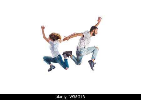Ein Mädchen und ein Kerl springen auf weißem Hintergrund - Stockfoto