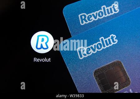 Revolut bank Karte auf dem Bildschirm des Smartphones Symbol weiter App. Revolut Ltd. ist eine britische Financial Technology Company, Banking Services bietet. - Stockfoto