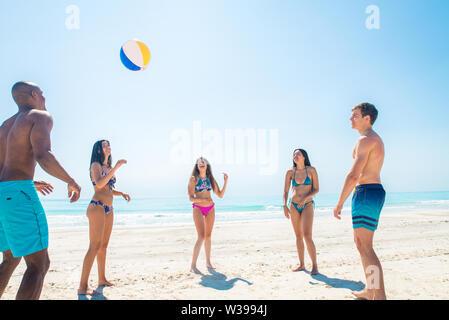 Gruppe von Freunden Spaß am Strand - Junge und glückliche Touristen Kleben im Freien, genießen Sommer - Stockfoto