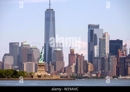 Die Freiheitsstatue steht einladend Seeleute auf den Hafen von New York - Stockfoto