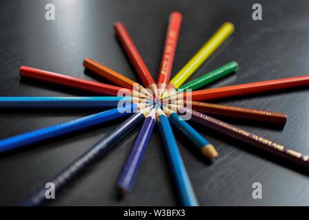 Buntstifte in einer Reihe, die einen Kreis bilden, können als Hintergrund verwendet werden - Stockfoto