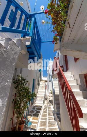 Insel Mykonos, traditionellen Gasse in Chora, die Hauptstadt der Insel (Kykladen, Ägäis, Griechenland). - Stockfoto