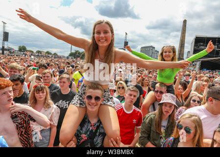 Glasgow, Schottland, Großbritannien. 14. Juli 2019. Tausende von Fans stellte sich heraus auf Glasgow Green, Glasgow, UK in einem heißen Sommer Tag, so dass diese Jahre TRNSMT Festival ausverkauft. Viele der Zuschauer aus allen Teilen des Vereinigten Königreichs gereist und manchmal auch darüber hinaus, nur um die Musik und die Erfahrung der Credit: Findlay/Alamy Leben Nachrichten genießen - Stockfoto