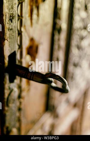 Schlüssel in das Türschloss der alte Holztür, Albanien - Stockfoto