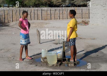 Zwei Mädchen, die Wasser sammeln, Mwandi, Sambia, Afrika. - Stockfoto