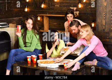 Studenten, Freunde, Gruppe passend für Lehrer Feiern, Spaß haben, dunklen Holzmöbeln eingerichtet. Studenten Pizza Party Konzept. Jugend feiern Sie mit - Stockfoto
