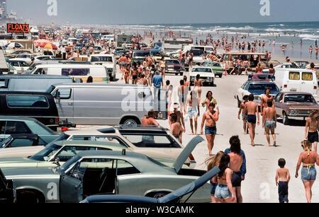 Schulferien während der Osterwoche haben lange Massen von Jugendlichen zu den Stränden von Florida, USA, besonders an Orten wie Daytona Beach gezeichnet, hier fotografiert im Jahre 1978, wo Kraftfahrzeuge angetrieben und rechts auf der Festplatte - verpackte Sand geparkt werden können. Aktuelle Regeln nun begrenzen Fahrzeuge am Strand auf spezifische Bereiche zwischen einigen Stunden und ein Tempolimit von 10 Meilen (16 Kilometer) pro Stunde. Es gibt auch autofreie Zonen zu schützen Sonnenbaden beachgoers von der Reiseflughöhe Autos. Bei Flut ist out, Daytona 23-Meile langen (37 Kilometer) Strand hat genügend Platz für eine gemütliche Fahrt. - Stockfoto