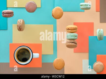 Macarons und Expresso, flach auf geometrische Papier Hintergrund in Pastellfarben legen - Stockfoto