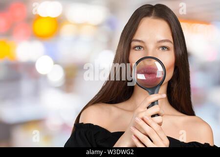 Mädchen auf der Suche durch ein Vergrößerungsglas - Stockfoto