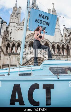 London, Großbritannien. 15. Juli 2019. Jessica Winter führt auf dem Boot nach der Durchführung von Oxford Circus in letzter Protest - Aussterben Rebellion block Fleet Street außerhalb der Royal Courts of Justice im Rahmen einer neuen Runde von Umwelt Proteste, mit Ihrem neuen blauen Boot der Polly Higgins - benannt nach einer Frau, die von Krebs auf der April protestieren starb, während Ihre Idee für eine Umweltzerstörung Gesetz zur Förderung. Credit: Guy Bell/Alamy leben Nachrichten - Stockfoto