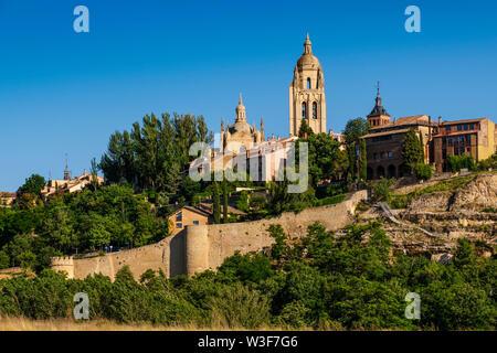 Landschaft. Panoramablick Kathedrale und Segovia City. Castilla León, Spanien Europa - Stockfoto