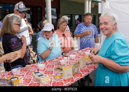 Mennonite Frau Anbieter jährliche Wenig fällt Käse Festival in Herkimer County, New York, USA - Stockfoto