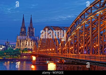 Der Kölner Dom und der Rhein Eisenbahnbrücke, Deutschland. - Stockfoto