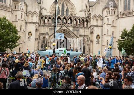 Aussterben Rebellion Bühne ein Protest außerhalb der Royal Courts of Justice in London, 15. Juli 2019. - Stockfoto
