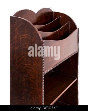 Antike Eiche Holz- Buch mit Buchstaben-/magazine Rack an der Spitze, auf weißem Hintergrund - Stockfoto