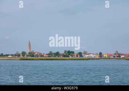 Anzeigen von Burano, einer kleinen Insel in der Lagune von Venedig, Italien mit der Schiefe Campanile der Kirche von San Martino auf die Skyline und den bunten Häusern - Stockfoto
