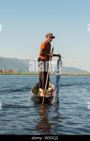 INLE SEE, MYANMAR - 28. NOVEMBER 2018: Vertikale Bild der lokalen Fischer Holding die Net und Schläger zu Fisch mit der herkömmlichen Technik in Inle lak - Stockfoto