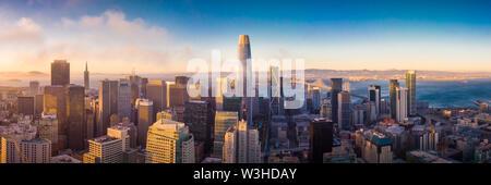 Luftaufnahme von San Francisco Skyline bei Sonnenuntergang, Kalifornien, USA - Stockfoto