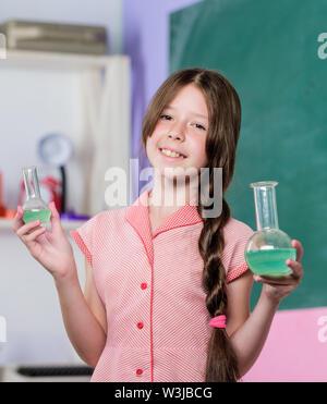 Blick auf Bakterien nehmen. kleine Mädchen Schüler mit chemischen Kolben. Neue Technologie verwenden. Schule Labor. Mädchen im Chemieunterricht mit Test Tube. Wissenschaft Lektion. zurück zu Schule. Biologie Bildung. - Stockfoto