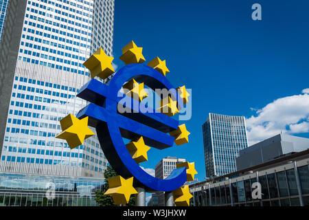 Frankfurt, Deutschland - Juli 2019: Euro Zeichen an die Europäische Zentralbank (EZB) ist die Zentralbank für den Euro und verwaltet die Währungspolitik der EU - Stockfoto