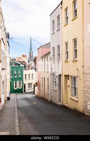 Die George Street, eine der steilen Gassen in St. Peter Port, Guernsey, Kanalinseln, Großbritannien - Stockfoto