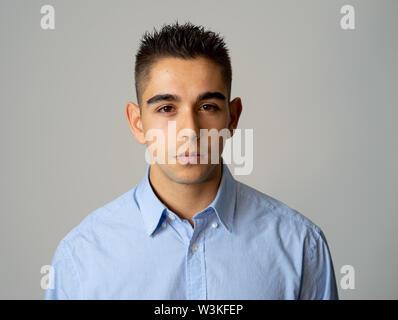 Close up Portrait von attraktiven, selbstbewussten jungen Mann, neutral, entspannt und Ernst im Menschen Mimik, menschliche Emotionen, Erfolg und Ed - Stockfoto