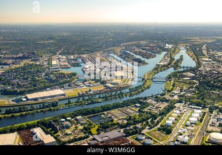 Luftaufnahme der Kohle Hafen im Duisburger Hafen Duisport AG-an-der-Ruhr mit der Mündung der Ruhr in den Rhein in der Übersicht und Details in Ruhrort in Du - Stockfoto