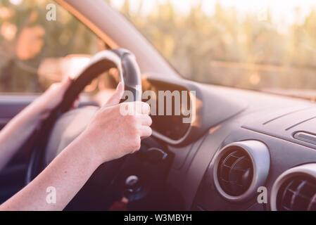 Auto durch die Landschaft, weibliche Hände am Lenkrad, oben mit selektiven Fokus schließen - Stockfoto