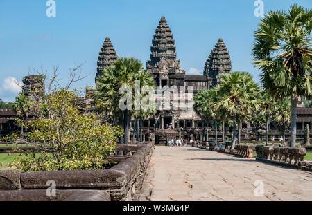 Eine von Bäumen gesäumte Allee führt zum Eingang des Khmer Tempel von Angkor Wat - Stockfoto